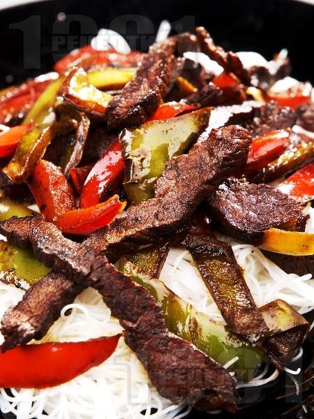 Телешко със зеленчуци и нудълс - снимка на рецептата